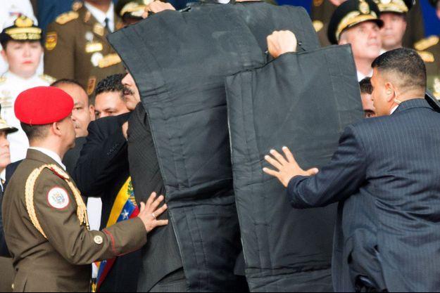 Les gardes du corps de Nicolas Maduro sont rapidement intervenus après la première explosion.