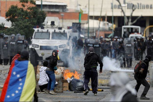 Des manifestants protestent au Venezuela.