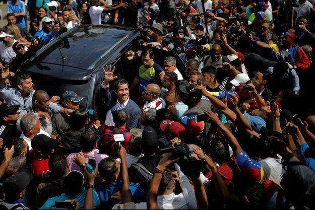 Juan Guaido salue la foule des manifestants à Caracas.