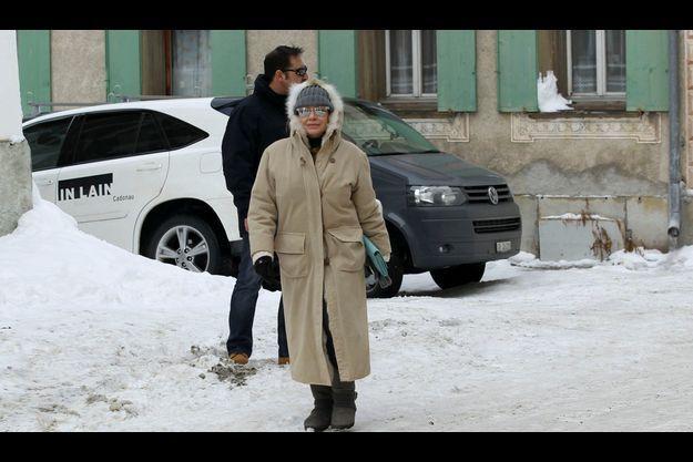 Vendredi 4 janvier, près de Saint-Moritz. Un garde du corps est le seul signe extérieur de richesse de l'ex-Mme Berlusconi.