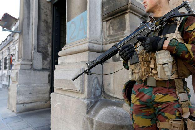 Un soldat belge devant le tribunal de Bruxelles, le 9 mai 2016.