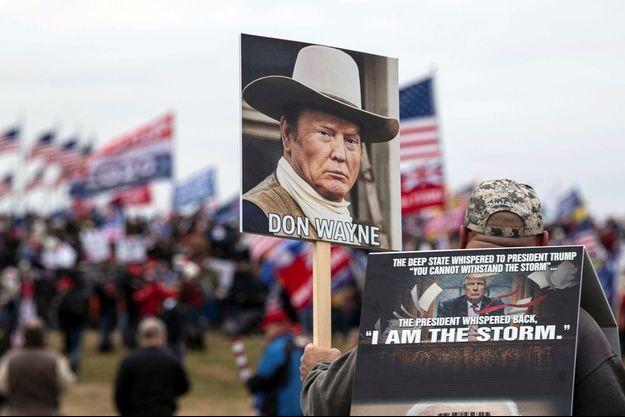 Des supporters Pro-Trump mercredi devant le Capitole.