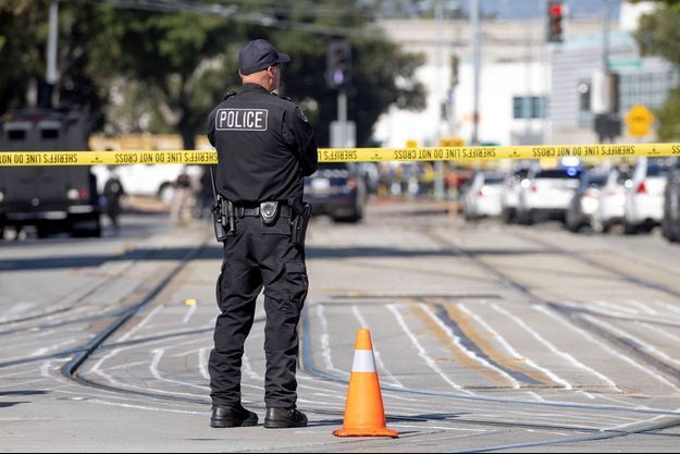 Un policier sur les lieux de la fusillade de San José.