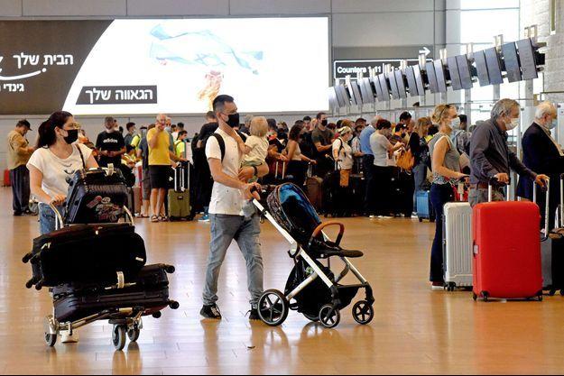 Des passagers à l'aéroport de Jérusalem.