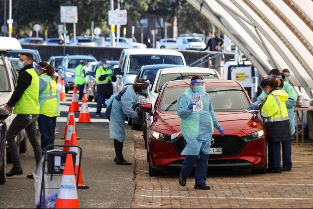 Des soignants à Bondy Beach, à Sydney, font passer des tests face à la montée des cas de covid-19.