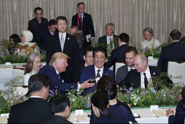 Vladimir Poutine a trinqué vendredi soir... avec une tasse de thé russe.