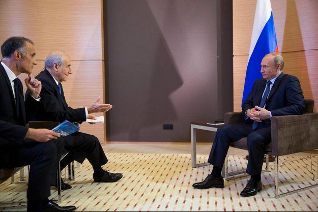 Jean-Pierre Elkabbach et Gilles Bouleau ont interviewé Vladimir Poutine, le président de la Russie.