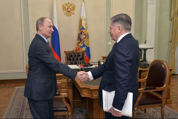 Vladimir Poutine serrant la main de Viatcheslav Lebedev, sur la photo diffusée par le Kremlin ce vendredi.