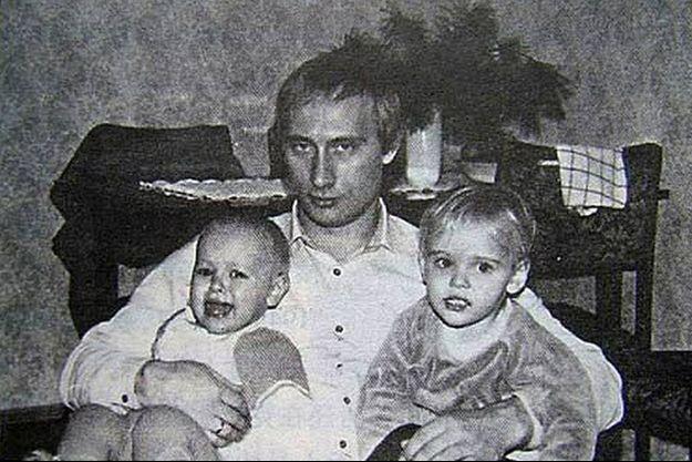 Vladimir Poutine pape gâteau pour ces deux filles sur cette photo datant des années 80.