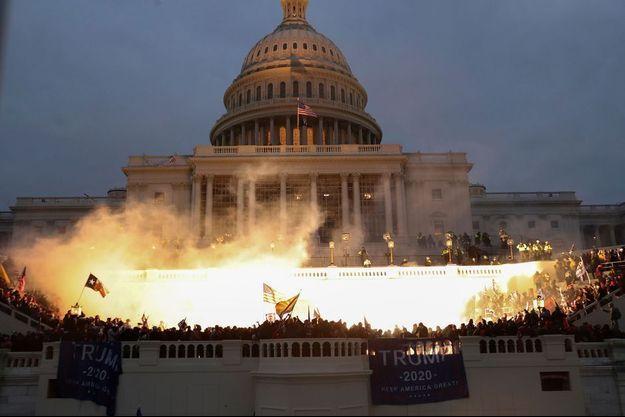 La vice-présidente Kamala Harris salue la foule lors de l'investiture du président élu Joe Biden, le 20 janvier 2021.