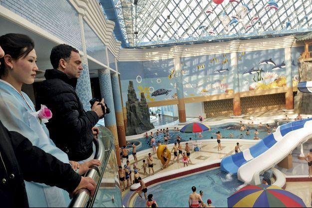 Visite guidée au parc aquatique de Pyongyang, une des nouvelles réalisations du régime.