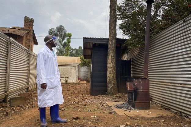 Un médecin vérifie la zone de quarantaine de l'hôpital Matanda à Butembo, en République démocratique du Congo.