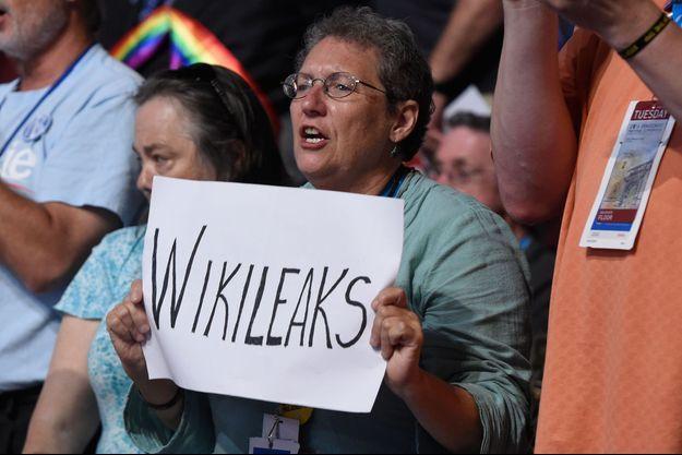 Mardi 26 juillet, deuxième jour de la convention démocrate. Une femme brandit une pancarte et fait référence à l'ONG Wikileaks.