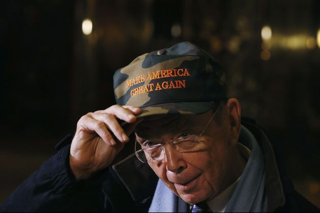 Après avoir revu Donald Trump à la Trump Tower, Wilbur Ross montre sa casquette «Make America Great Again», le slogan de la campagne.