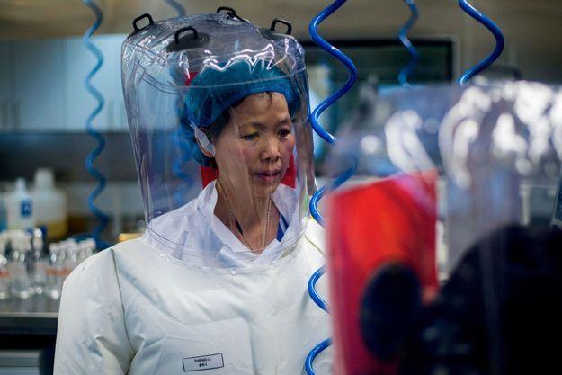 Shi Zhengli, spécialisée dans les virus de chauves-souris, dans le P4 de Wuhan, le 23 février 2017. Elle réfute toute responsabilité du laboratoire.