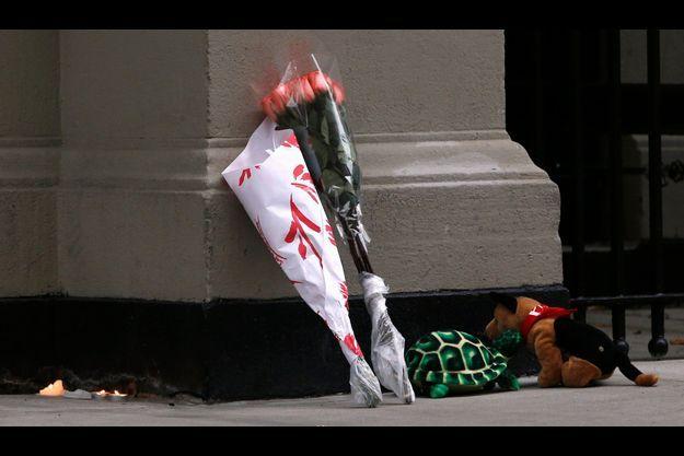 Devant l'appartement du drame, des anonymes ont déposé des fleurs et des peluches pour honorer la mémoire des défunts.