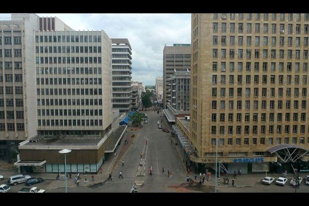 Harare. Dans la triste capitale, qui n'a guère changé depuis l'indépendance, en 1980, peu d'embouteillages car les voitures sont trop chères à entretenir.