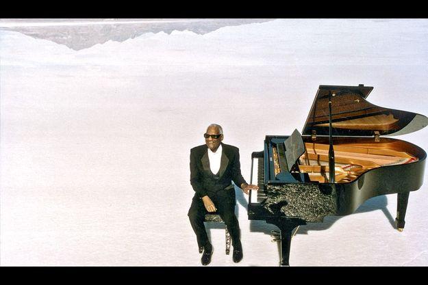 Ray Charles en 1994, sur le Grand Lac Salé dans l'Utah, avec son piano.