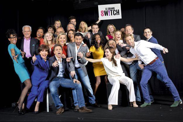 « Le grand switch », journée spéciale le 11 avril 2013 pour fêter les six mois d'existence de la chaîne, a réuni l'ensemble des animateurs. Au centre, en gris, Cyril Hanouna. A ses côtés, Laurence Ferrari, en rouge. Assise en bas à gauche, Roselyne Bachelot. Près d'elle, debout Philippe Labro, Audrey Pulvar, en bleu, et, en blanc, Daphné Roulier.