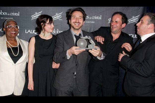 Edouard Baer célèbre son Globe de Cristal de la Meilleure pièce de théâtre avec ses acteurs, Firmine Richard, Diane Bonnot, Lionel Abelanski et Atmen Kelif.