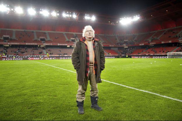 Le 30 novembre sur la pelouse du stade de Hainault, avant de prendre le micro.