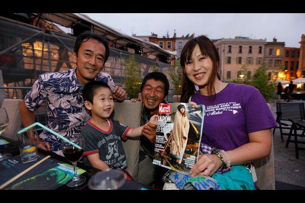 De g. à dr. : Jo Iwasa, le photographe qui a retrouvé Yuko, Raito, 4 ans, le fils de Yuko, Tadash Okubo, l'auteur de l'image qui a fait le tour du monde, et Yuko Sugimoto, tenant le numéro de Match avec sa photo en couverture.