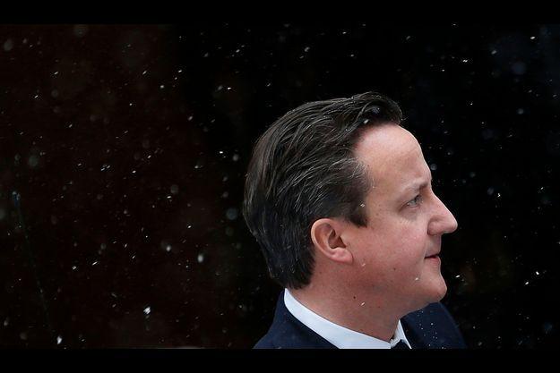 Le Premier ministre quitte le 10 Downing Street ce matin, sous la neige, pour aller prononcer un discours sur la prise d'otages en Algérie devant la Chambre des Communes.