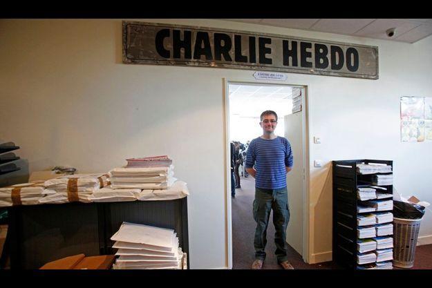 Charb, le directeur de la publication, pose dans les locaux de l'hebdomadaire satirique.