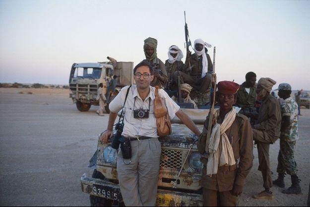 Les troupes du Mouvement Patriotique du Salut (MPS) commandées par Idriss Déby chassent du pouvoir Hissène Habré : Benoît Gysembergh, ses appareils photos autour du cou, posant appuyé à une jeep, entouré de militaires tchadiens.