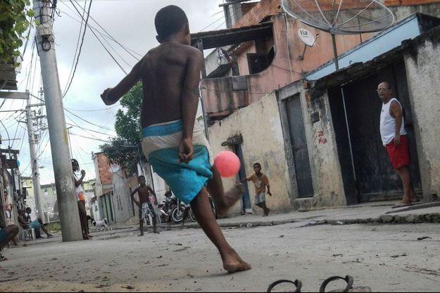 23 février 2014, Barra da Tijuca, dans le quartier où a été tourné le film « La Cité de Dieu ». Carlito, 9 ans, réalise un parfait plat du pied droit. Il économise ses claquettes. La photographe n'a que 13 ans.