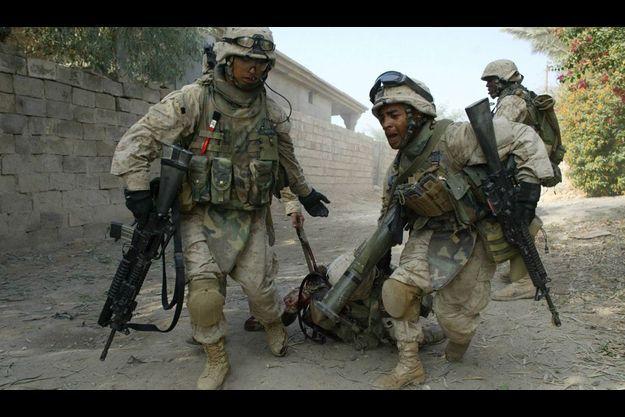 En 2004 en Irak, sous l'objectif de Frédéric Lafargue, deux marines transportent le corps d'un de leurs camarades, tué dans les combats pour le contrôle de Falloujah.