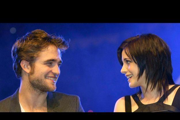 C'est officiel : Robert Pattinson et Kristen Stewart, les acteurs de «Twilight » sont amoureux l'un de l'autre.