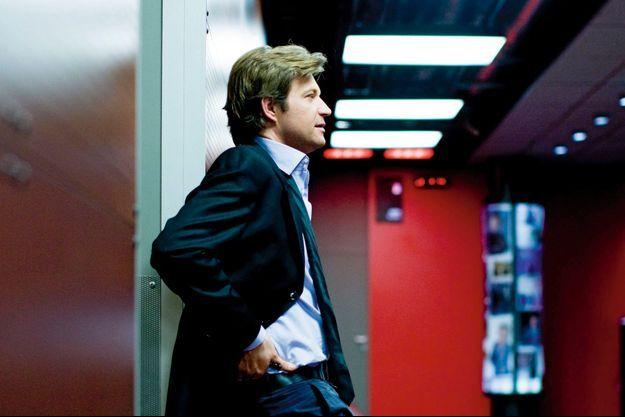 Dans les couloirs de France 2, à Paris. Un vrai pro de la télé, qui ne se contente pas de son succès et cherche toujours de nouveaux projets.