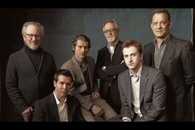 Les producteurs, Steven Spielberg, Gary Goetzman et Tom Hanks, et les principaux interprètes de la série : de g. à dr., Jon Seda, James Badge Dale, Joseph Mazzello.