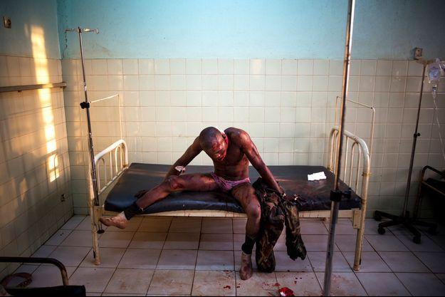 Un soldat de l'armée régulière centrafriquaine blessé par un rebelle musulman Séléka à l'hôpital de Bangui.