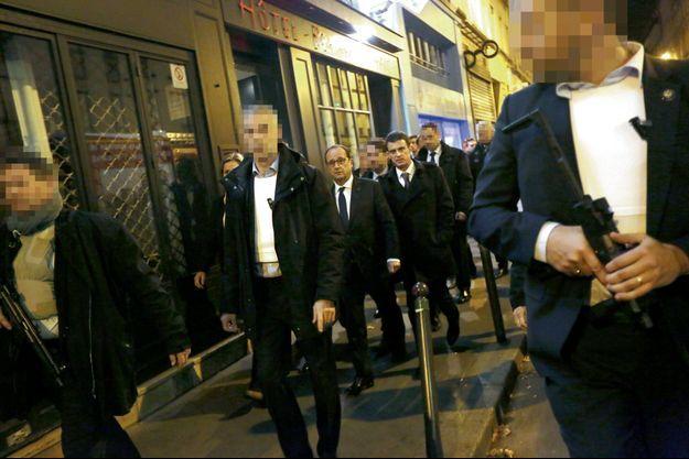 Vers 1h30, dans la nuit du 13 au 14 novembre, François Hollande, accompagné de Manuel Valls, se rend sous haute protection au Bataclan.