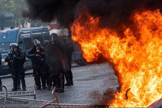 Dimanche après-midi sur les Champs-Elysées lors d'affrontements entre manifestants, dont des gilets jaunes, et forces de l'ordre.