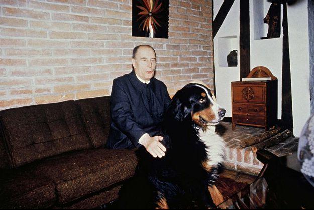 François Mitterrand et son chien à Latché en 1988.