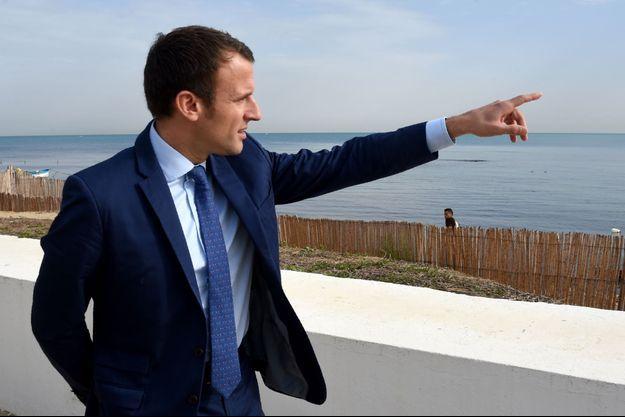 Emmanuel Macron près de Tunis, en Tunisie, dimanche.