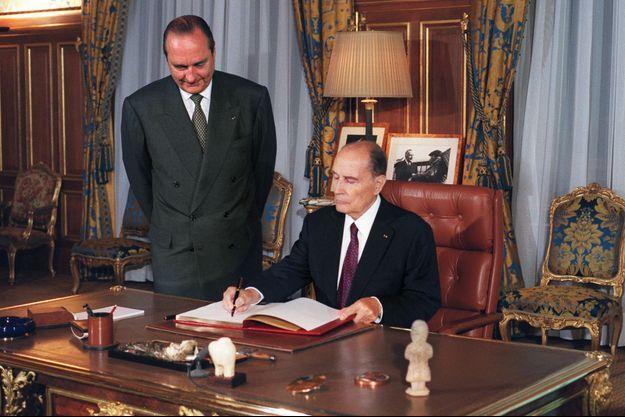 Le 25 août 1994, dans le bureau de Jacques Chirac, maire de Paris. Le président François Mitterrand signe le livre d'or du 50e anniversaire de la libération de la capitale.