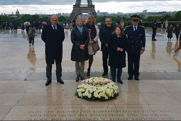 Sophie Cluzel (écharpe bleue), Luc Gateau (3e à partir de la droite), président de l'Unapei, et la fille de la sécrétaire d'Etat, Julia.