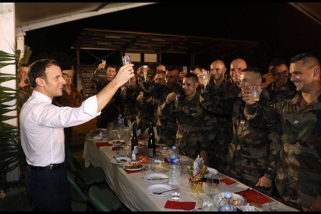 Emmanuel Macron vendredi soir lors du réveillon avec les troupes du camp de Port-Bouët, à Abidjan.