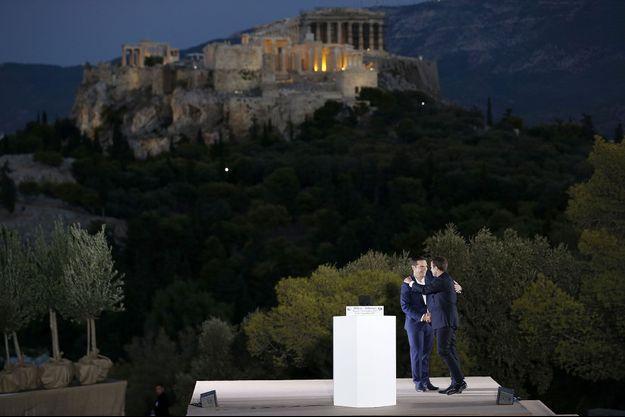 Alexis Tsipras sur la colline de la Pnyx, à Athènes, avec Emmanuel Macron, jeudi.