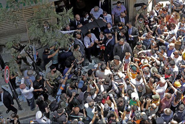 Emmanuel Macron fend la foule dans le quartier de Gemmazieh, à Beyrouth au Liban.