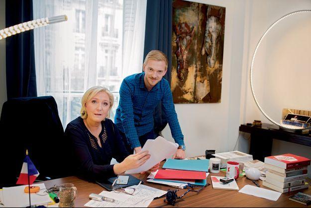 Marine Le Pen avec Kévin Pfeffer, chargé des déplacements de campagne, le 30 avril.