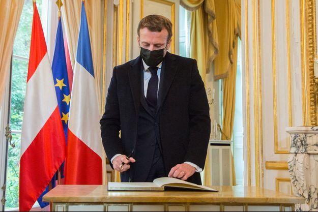 Emmanuel Macron signe le registre de condoléances, mardi à l'ambassade d'Autriche.