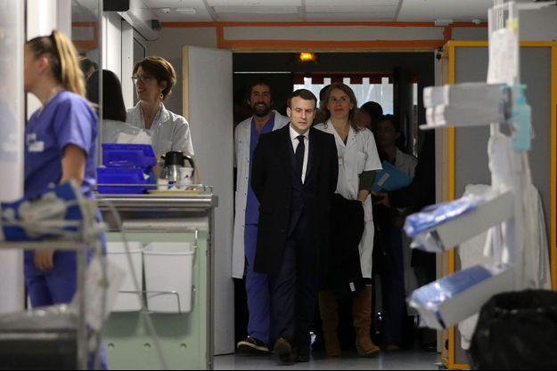 Emmanuel Macron lors de sa précédente visite à la Pitié-Salpêtrière, le 27 février dernier.