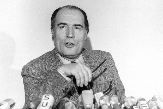 François Mitterrand au siège du Parti socialiste en février 1975.