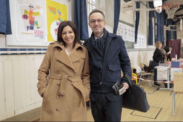 Anne Hidalgo et Emmanuel Grégoire, dimanche dans un bureau de vote.