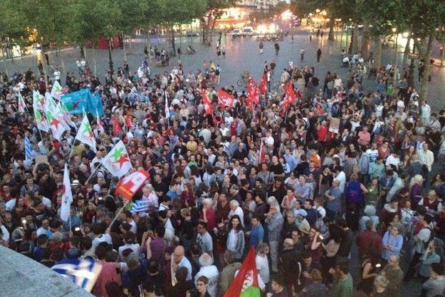 Des centaines de militants de la gauche radicale se sont rassemblés dimanche soir à Paris, place de la République.